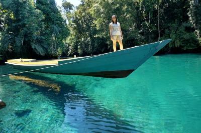 perahu-yang-seakan-melayang-labuan-cermin